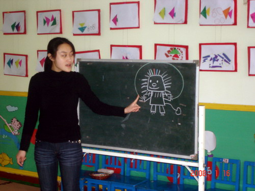 来看看奔腾一班的小朋友今天绘画主题是vivi爱运动,老师在给