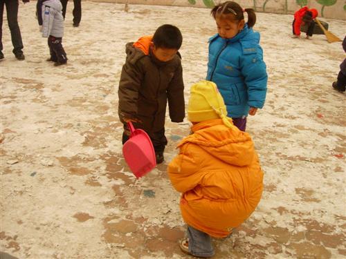 在扫雪的过程中,孩子们学会如何相互合作,培养了认真做事的态度,图片