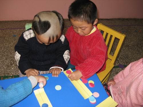 我们也是第一天上幼儿园,在幼儿园我们认识了好多的新朋友,非常高兴.