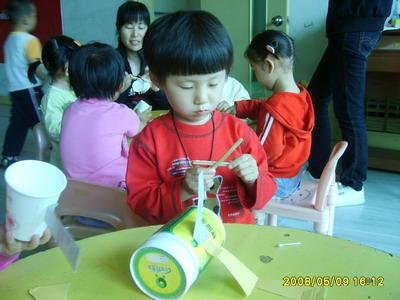"""名称是""""飞上蓝天"""",让幼儿利用废旧材料来制作小飞机"""