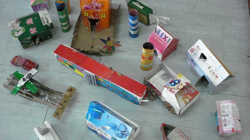 孩子们利用废旧纸盒,纸箱制作了好玩的汽车