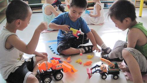小朋友分享玩具图片