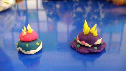 今天孩子们用橡皮泥做出了各种各样的美味蛋糕.