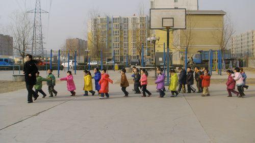 严寒的冬季小朋友也始终坚持户外锻炼