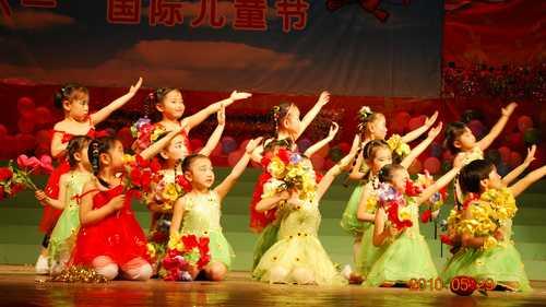 我爱月光、我爱老师的目光!是由腾飞班小朋友表演的舞蹈《我爱老图片