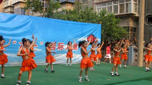 下来我们看到是舞蹈班的宝贝们为我们带来的舞蹈《嗨