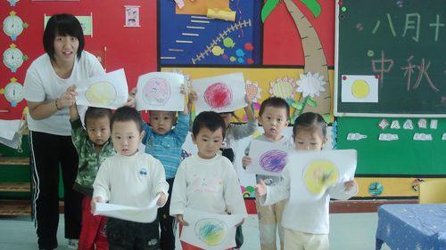 这是我们小朋友一起迎中秋节的绘画作品,请大家欣赏!