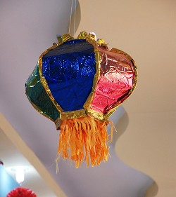 奔腾一班的剪纸灯笼,彩纸灯笼,更烘托出了传统的吉祥吉庆.