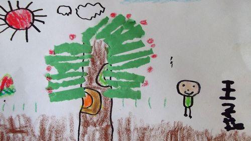 雨绵绵的时候,大树们伸展开它的 用美丽的画笔画出漂亮花苞.   我