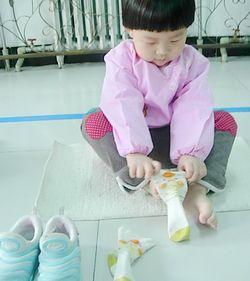 穿袜子就难一些,主要是因为宝宝们年龄相对较小图片