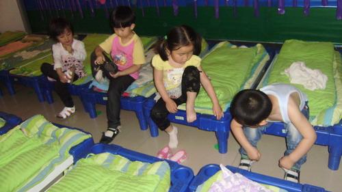 幼儿园小朋友睡觉图片