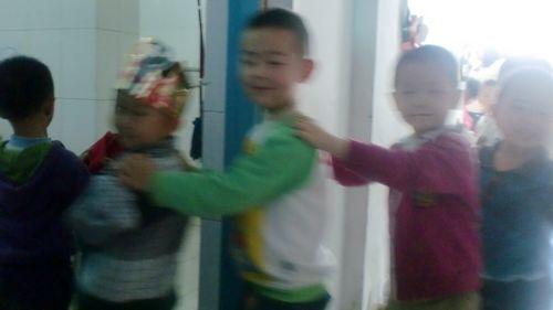幼儿园蔡老师和樊老师的带领下,我们养成了课上,课下,进餐,午休,入厕