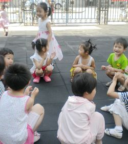 小小游戏真有趣 奔一班户外活动展示 未来强者婴幼儿智力...