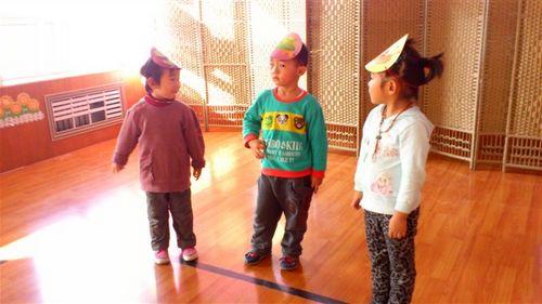 幼儿戴头饰表演儿歌《乌龟不说话》