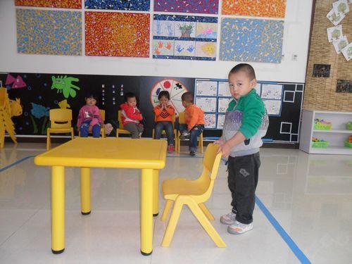 幼儿搬椅子简笔画