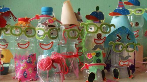 幼儿园自制装饰:彩笔画瓶子;