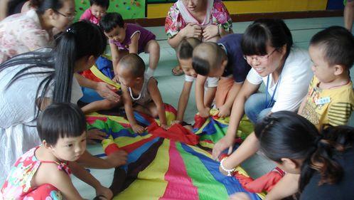 家长对自己宝宝的介绍逗得老师,阿姨和家长们开怀大笑,有趣的美工活动