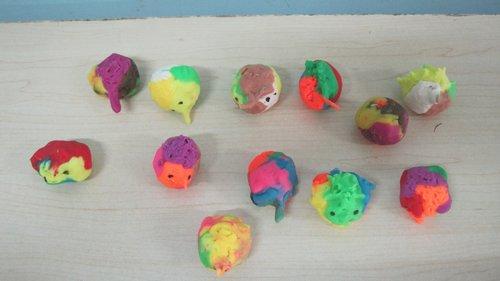 而且我们还用橡皮泥捏出了这只可爱的小动物呢,我们一起来看看吧.
