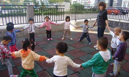 老师就是妈妈,幼儿园里的小朋友就是我们的兄弟姐妹