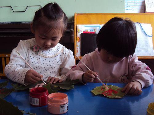 树叶上画画 - 未来强者婴幼儿智力开发园