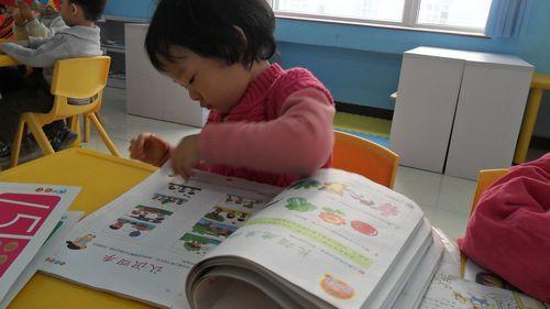小朋友已经在幼儿园生活第三天了,在原有孩子的良好阅读习惯的影响下