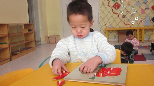 又来到了熟悉的幼儿园,见到了可 课前安静活动——小朋友在认真地
