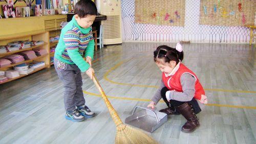 在幼儿园里我们班就是我的另一个家啊,老师教我们扫地,擦桌子,洗抹布.