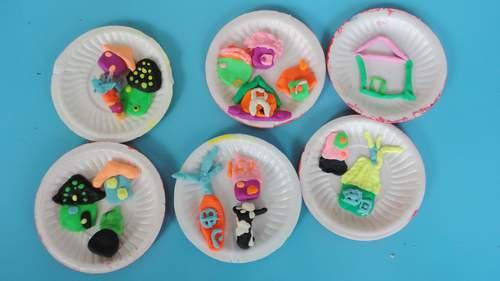 我们帮小动物捏房子,有小兔子住的萝卜房子,小熊住的树干房子,蘑菇