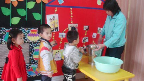 幼儿排队吃饭简笔画