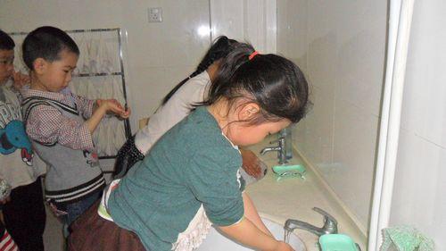 幼儿进餐前洗手,保证个人卫生