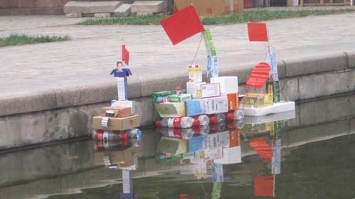 一组是用丝带编制帆船,一组是用大小不同的盒子和矿泉水瓶做轮船.图片
