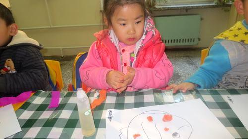 今天我们小朋友用皱纹纸搓球来做了小鱼