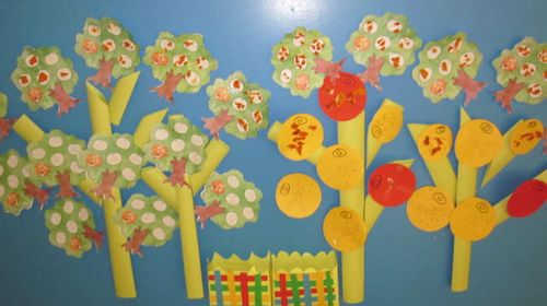 松树渲染画让幼儿运用宣纸渲染出不同的颜色拼成一棵美丽的松树.