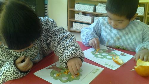 橘子皮粘贴画_这节课是橘子皮粘贴画,让幼儿利用不同的材料制作作品,孩子们很感