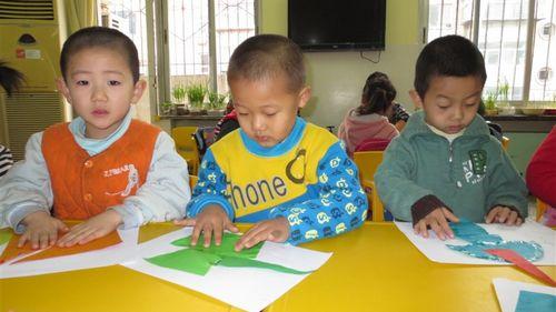 图形拼贴:孩子利用三角形,圆形,长方形,梯形,平行四边形组成各种不同