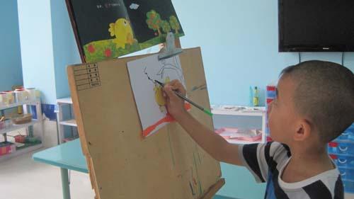 幼儿的作品是通过粘贴,线条画构成,没有老师的范画,幼儿通过观察绘本