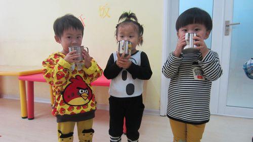幼儿喝水排队简笔画