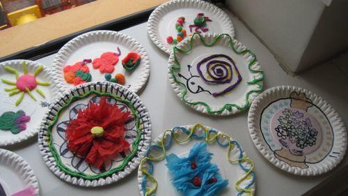 橡皮泥等材料,我们自己做起了漂亮的盘子