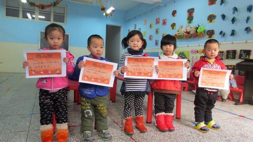 组举办了一场别开生面的幼儿生活自理比赛《折衣服》