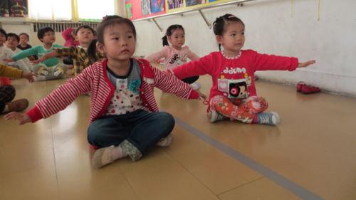 幼儿模仿小动物跳舞