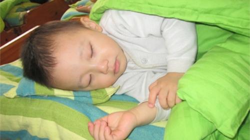 可爱婴儿睡觉笑