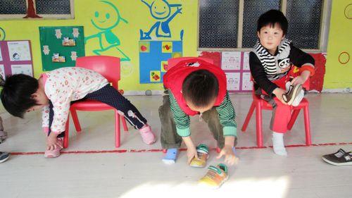 幼儿学穿鞋的步骤图