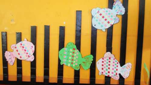 今天老师又教给我了一种新的方法来装饰小鱼,就是用编织的方法,我们称
