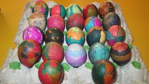 可是让我们没想到的是孩子们在制作过程中竟然没有一个捏碎蛋壳的