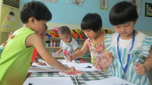 幼儿学习用吹画和手指点画的方法表现出来了桃树和桃