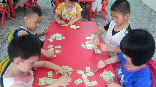 通过接龙游戏,锻炼幼儿能按规则操作接龙牌