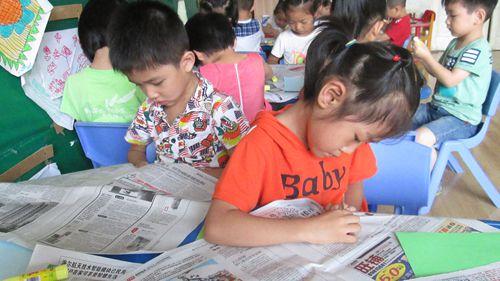小朋友在玩报纸的时候突发奇想,他们将手中的报纸撕下来,利用