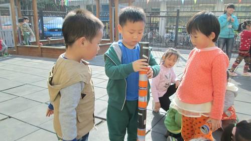 """我们一起到户外游戏,幼儿园自制的""""梅花桩""""我们?#28216;?#29609;过,瞧我们的孩子"""