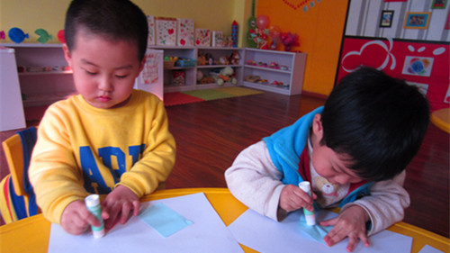 活动, 就是把各种形状的纸拼成一幅画,我们都用积木拼过各种各样的