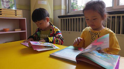 在班上我们为孩子们创设图书角,每个小朋友带一本自己喜欢的书和小